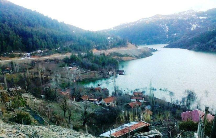 camisiyle birlikte barajın suları altında kalan darıbükü köyü.jpg