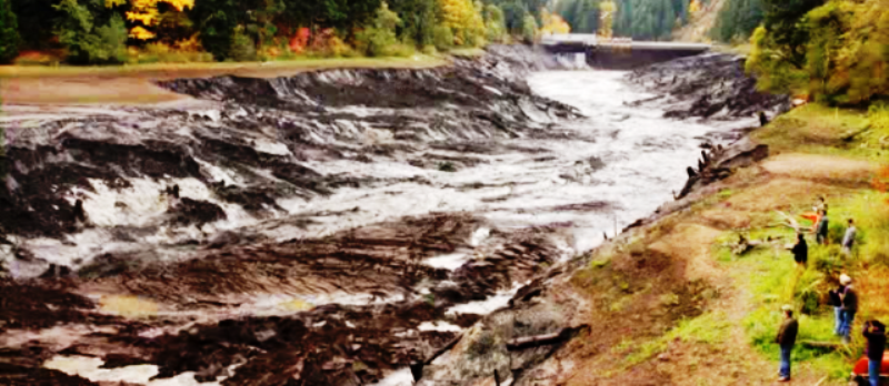 Yıkılan barajların altından devasa çamur  birikintileri çıkıyor.png