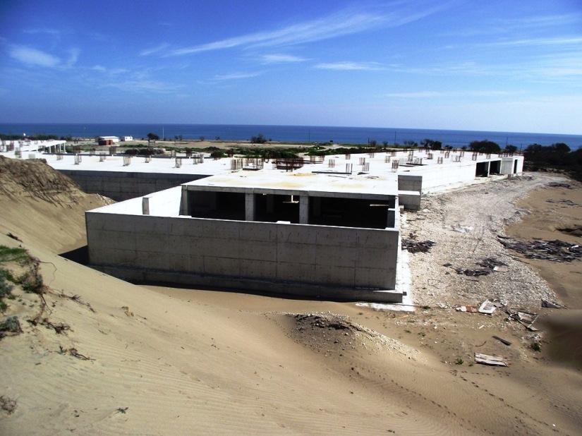 Demre kıyı kumsalında yarım kalan otel inşaatı.JPG
