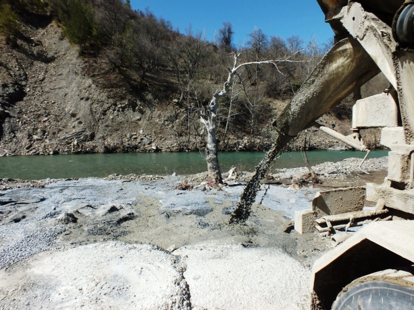 Kasımlar Barajı ve HES'e ait olan beton santralinde çimentolu atıklar Köprüçay'a boşaltılıyor.jpg