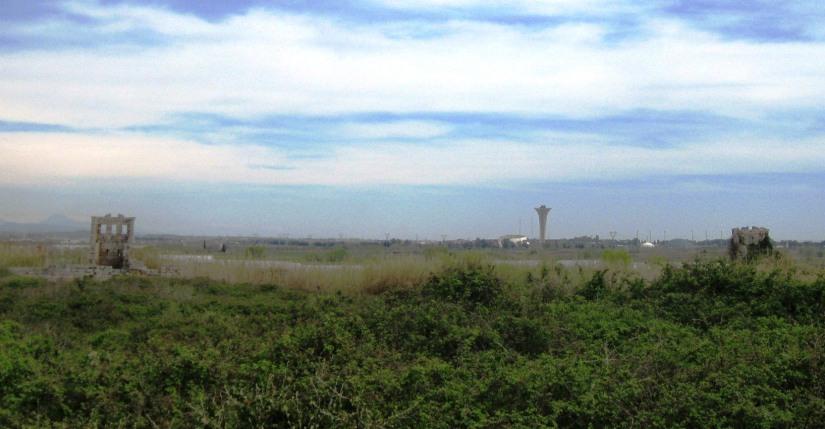 perge'nin kalıntıları arasında beliren EXPO kulesi, aksu nehrinin yatağında inşa edilen alanda bulunuyor.JPG