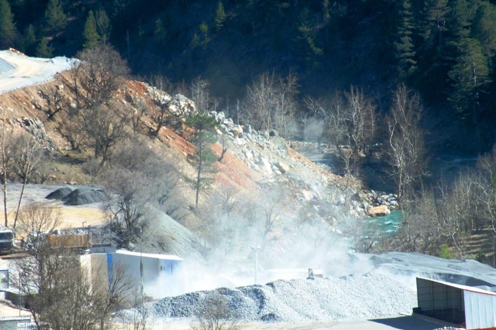 taş kırma tesisinden kalkan tozlar yöredeki yaşamı olumsuz etkiliyor.jpg