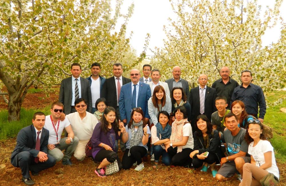 uzakdoğulu ziyaretçiler uluborlu'daki kiraz bahçelerini gezdi.JPG