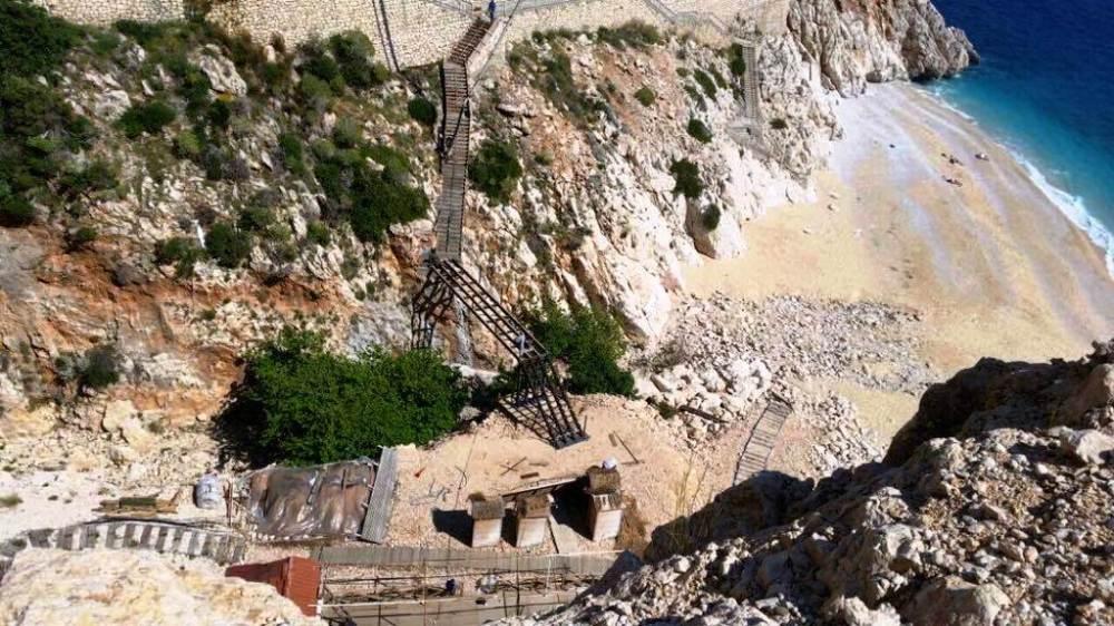 Belediye plaja inen merdivenlerin bitişiğine demir ve beton kullanarak inşaata başladı.jpg