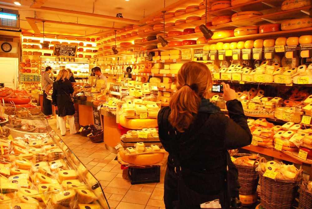 Hollanda Amsterdam'da bir peynir dükkanı turistik bir işlev de görüyor.jpg