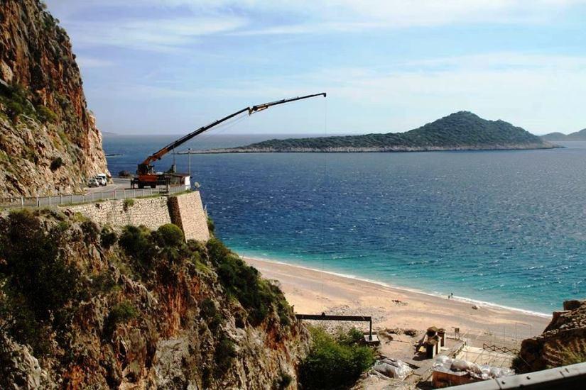 Kaş Belediyesi Kaputaş Plajı'na köprü yapmak için yine iş makinesini devreye soktu.jpg