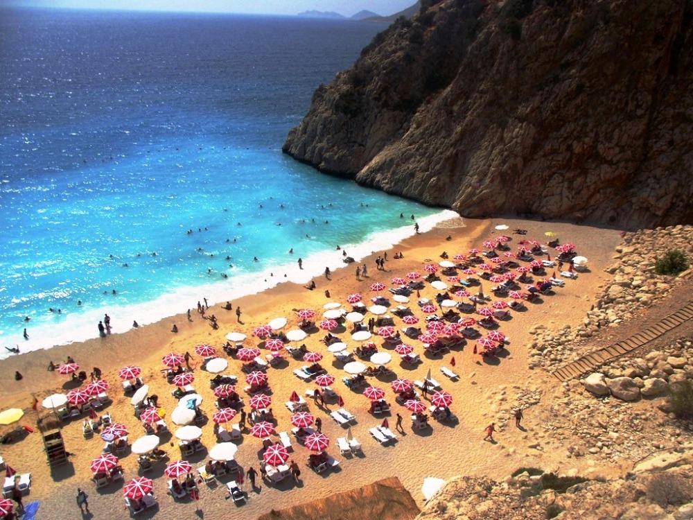 Kaş Belediyesi tanıtımda yer alan ünlü plajı bu hale getirdi.JPG