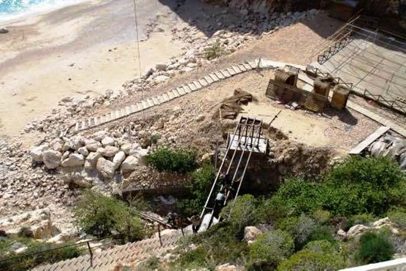 Kaş Belediyesi tarafından işletilen plajdaki tesislere yapılan köprü.jpg