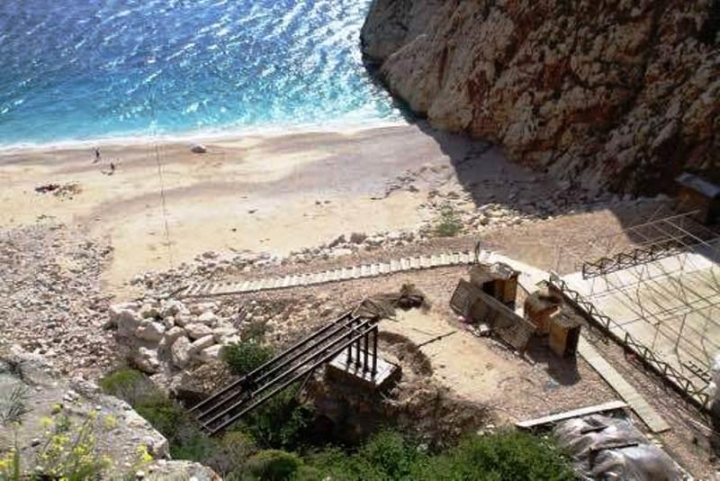 Plajdaki kafeterya ünitesi ile merdiven arasına yapılan demir köprü.jpg