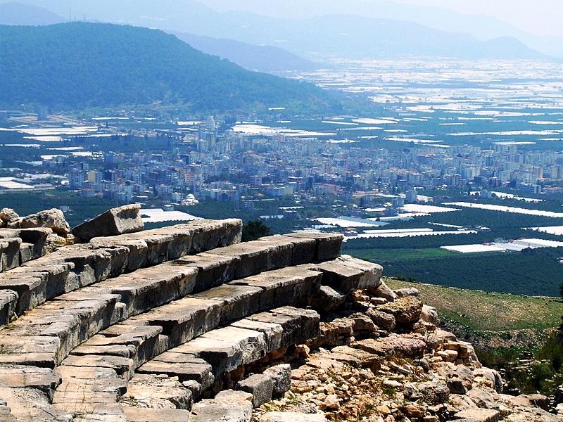 restorasyon öncesinde rhodiapolis tiyatrosu.jpg