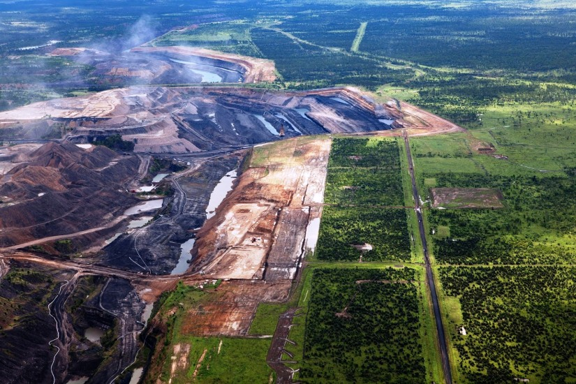 termik santral içn kullanılacak olan kömür, yüzeydeki topraklar kazınarak çıkartılıyor.jpg