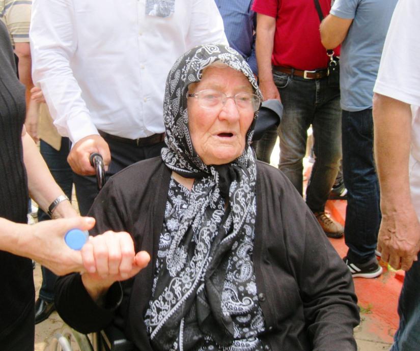 85 yaşındaki Fethiye Büyüknophutçu oğlunun cenazesine tekerlekli sandalye ile geldi.JPG