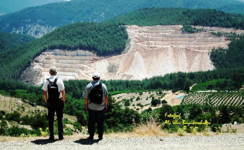 ali ulvi büyüknohutçu (solda) vahşi doğa katliamına karşı duran adam eylemi yapmıştı.jpg