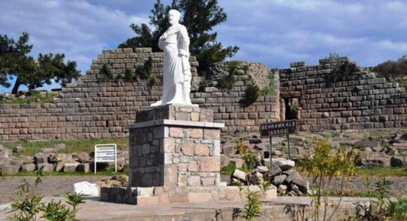 assos'ta felsefe okulu kuran aristo'nun heykeli antik kentin girişinde.jpg