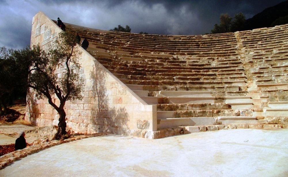 kaş antik tiyatro beton sahne.JPG