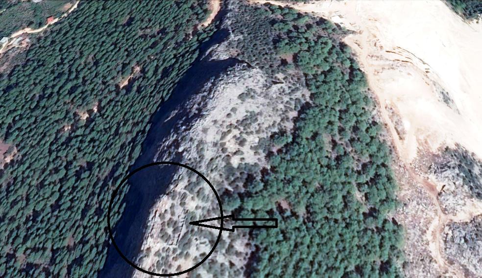mermer ocağı açılan alandaki tarihi kalıntılar uydudan bile görülebiliyor.png