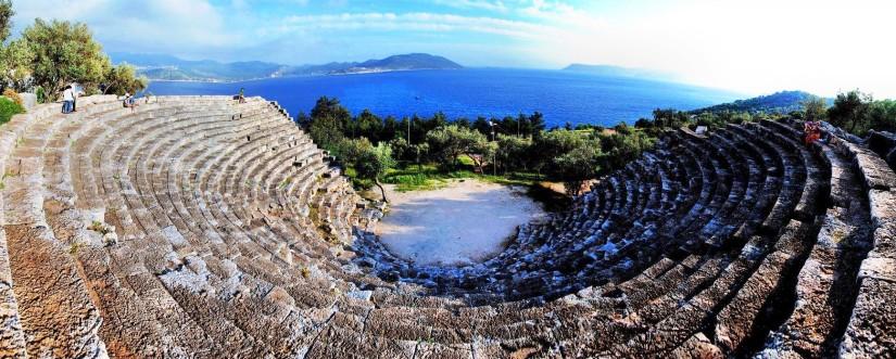 restorasyondan önce kaş antik tiyatro.jpg