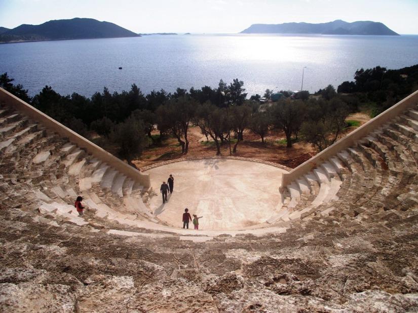 restorasyondan sonra kaş antik tiyatronun sahnesine beton döküldü.JPG
