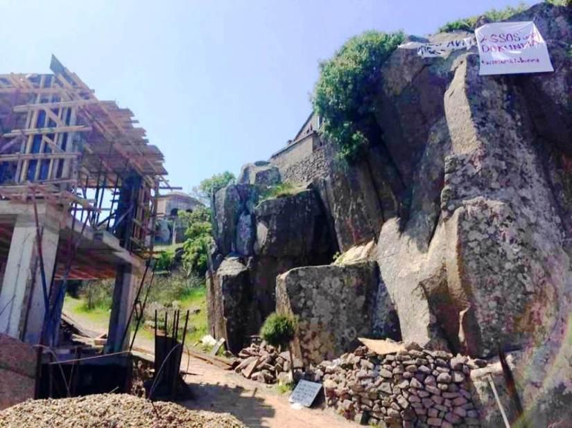 tarihin ortasına beton dökülerek yapılan inşaata köylüler afiş asarak tepki gösterdi.jpg