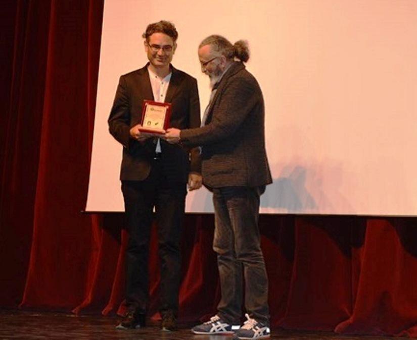 yönetmen deniz akgün ödülünü aldı.jpg