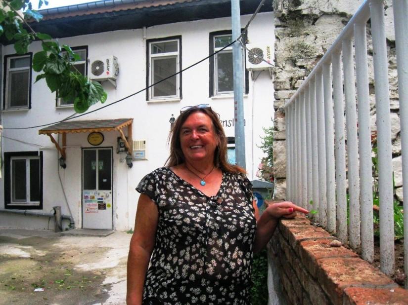 Carla pansiyonun bulunduğu sokağın her köşesine diktiği çiçekleri gösteriyor.JPG