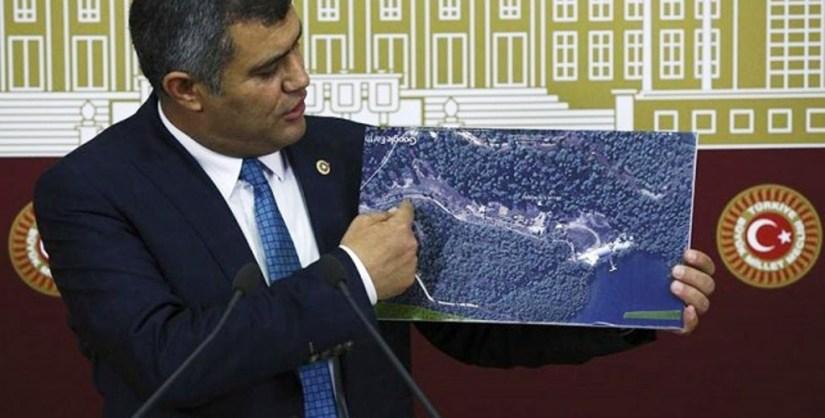 chp'li akın üstündağ mecliste kaçak yazlık sarayın inşa edildiği alanı gösterdi.jpg