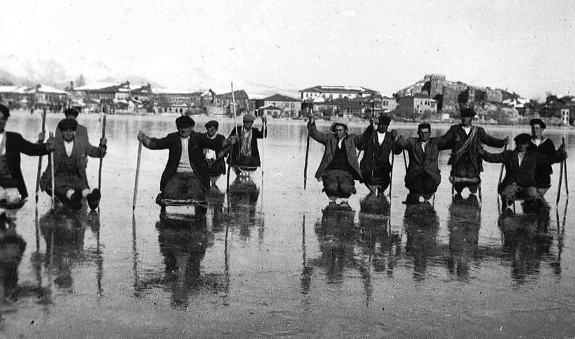 Eğirdir'de bu tutan gölün üzerinde yük ve insataşımacılığında kullanılan buz atı (1940'lı yıllar).jpg