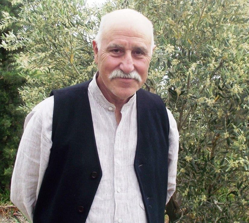 Erhan Ünal aynı zamanda bir zeytin üreticisi.jpg