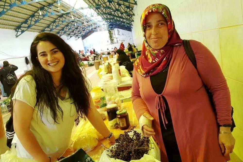 Hatice Önder her hafta Ardeşen pazarında kendi yetiştirdiği şeker ağacının meyvelerini satıyor.jpg