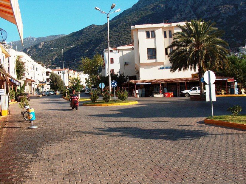 Kaş'ın tek ana caddesi inşaat öncesinde böyleydi.jpg