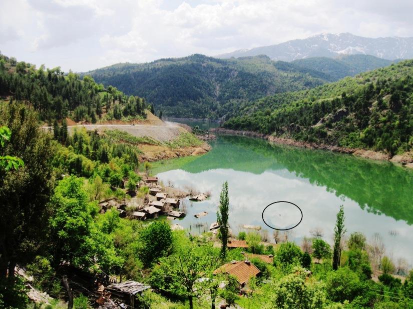 köyün suya gömülen camisine bakan tepeye konteyner cami yerleştirildi.JPG