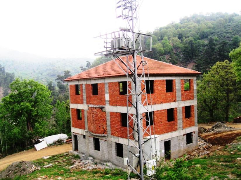 80 nüfuslu köye 600 kişilik cami yaptırmaya kalkan muhtarın yarım bıraktığı inşaat.JPG