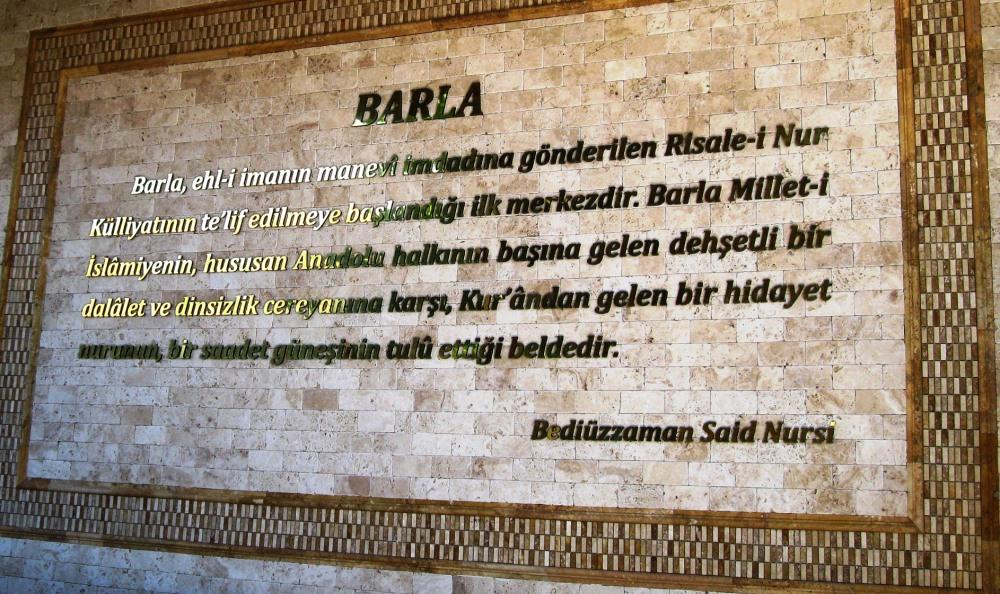 BARLA'DA RESTORE EDİLEN ÇEŞMEDE YER ALAN SAİD NURSİNİN SÖZLERİ.JPG