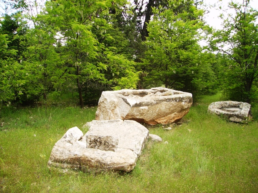 Elmalı Çığlıkara ormanlarında açılan taş ocaklarının tahrip ettiği öne sürülen lahitler.JPG