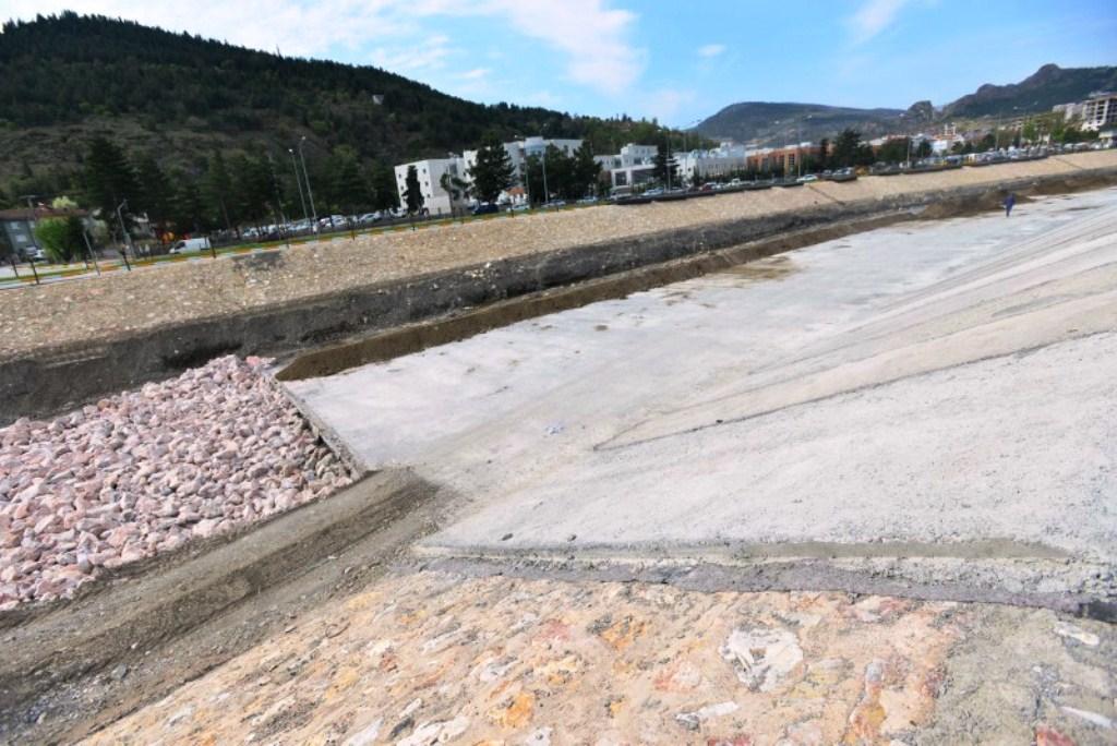1 yeşilırmağın zeminine beton döküldü.jpg