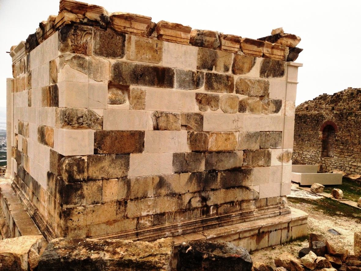 bilimsel rapora göre yanlış restore edilen anıtın sökülmesi gerekiyor.JPG
