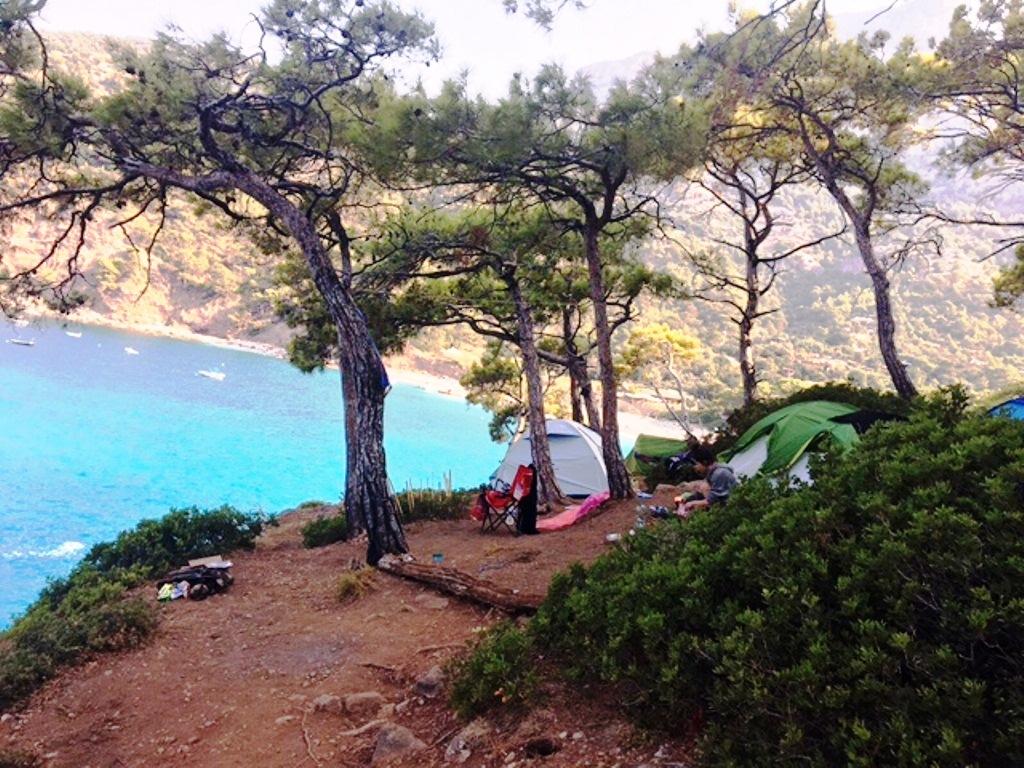 koyun çevresinde kamp yapmanın yasak olduğu ormanlık alana yerleşen korsan çadırcılar.JPG