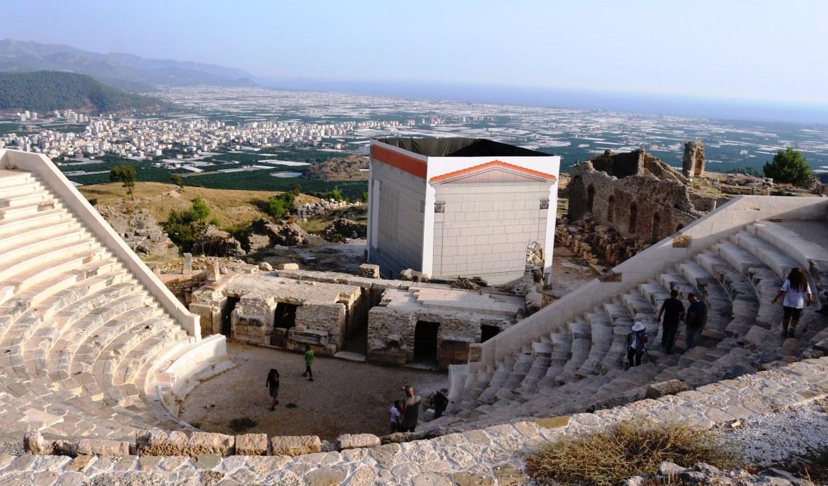 restorasyon skandalını örtme işleminden sonra tiyatro ve anıt.JPG