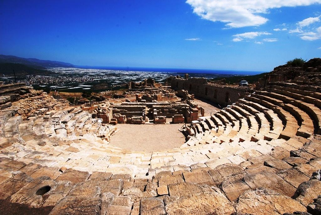 restorasyondan önce rhodiapolis tiyatrosu ve anıt.png