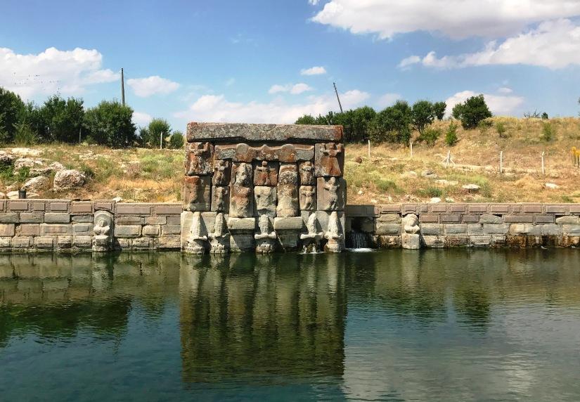 hititlerin suya tapımını simgeleyen eflatunpınar anıtı konya beyşehirde bulunuyor.JPG