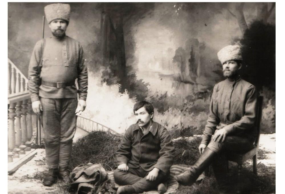 Faik Tonguç (ortada) Ruslara esir düştüğü günlerde Vetluga'da çekilmiş bir fotoğraf.jpg