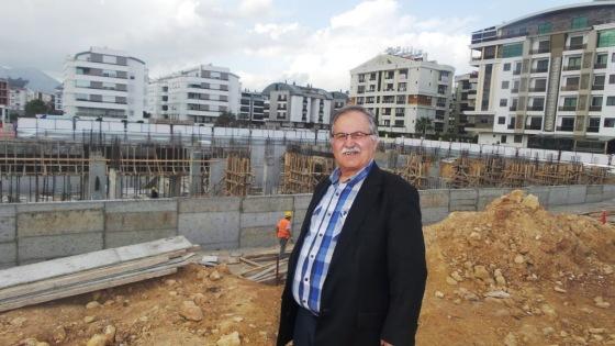 İşadamı Ahmet Uraz, okul inşaat halindeyken öğrenci kaydına başlamıştı.jpg