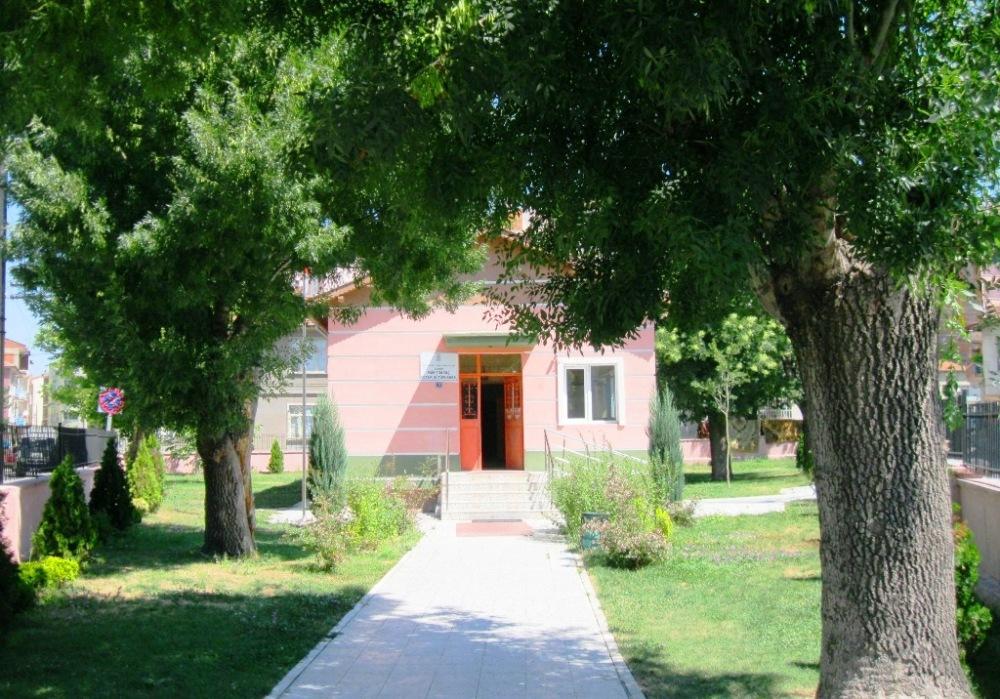 Türkiye'nin az sayıdaki çocuk kütüphalenerinden biri olan Faik Tonguç kütüphanesi.JPG