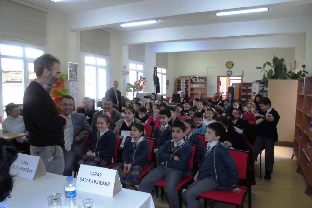 Yazar Fatih Erdoğan ve Şafak okdemir 2015'te kütüphanede bir etkinlik yaptı.JPG