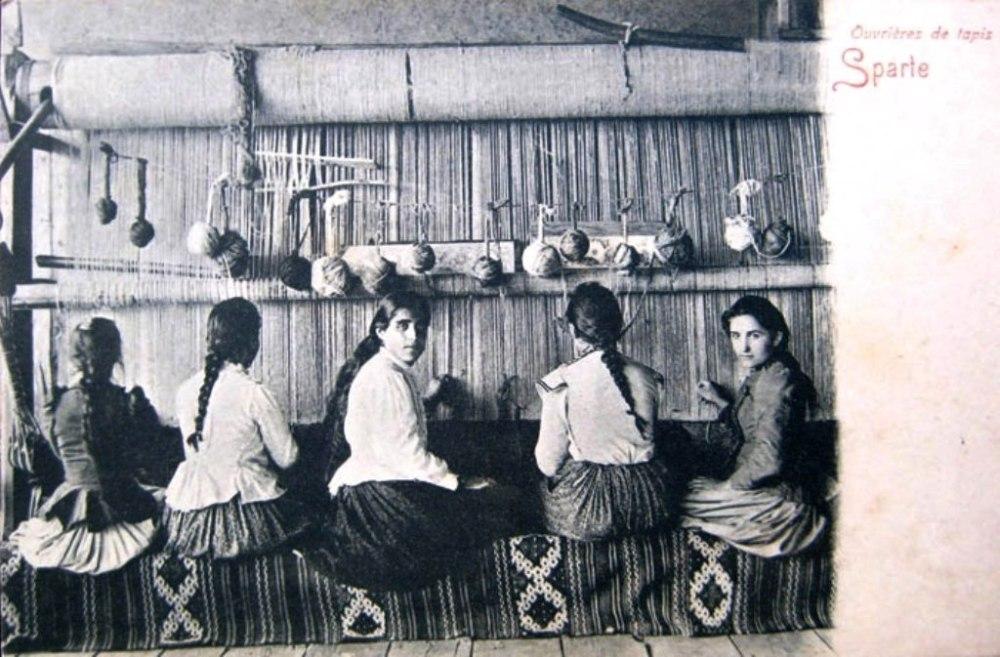 Şark Halı Kumpanyası dönemine ait bir kartpostalda Ispartalı halı dokumacıları.jpg