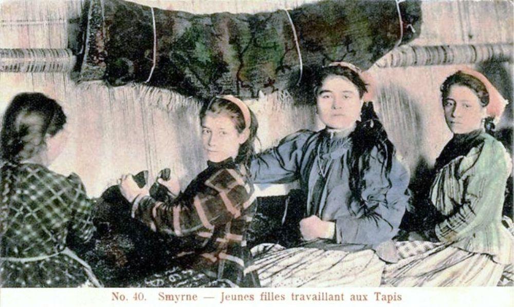 İzmirli halı dokumacılarını gösteren bir kartpostal.jpg