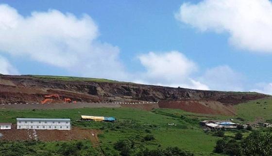 Daha önce koyun ağıllarının (sağda)bulunduğu merada bugün taş ocağı şantiyesi kurulmuş durumda.jpg