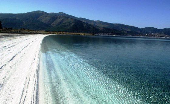 Doğal Sit Alanı olan Salda Gölü beyaz kumsalıyla dikkat çekiyor.JPG