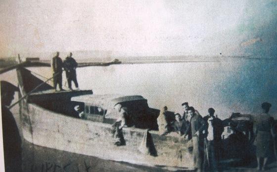 Fırat'ta teknelerle taşınan otomobiller.JPG