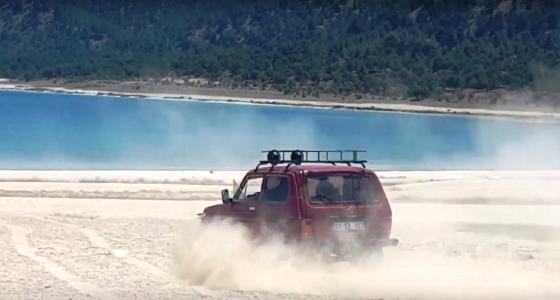 Sulak alan ve doğal sit oplarak koruma altındaki salda gölü kumsallarında jeep eğlenceleri düzenleniyor.png